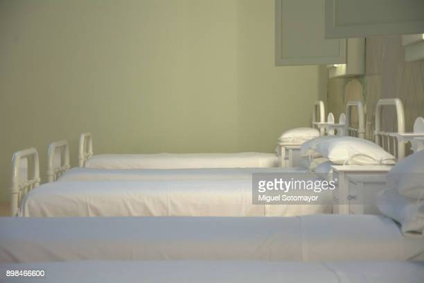 traditional beds in a hospital - chambre hopital photos et images de collection