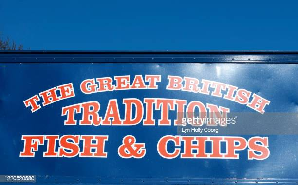traditional british fish and chips sign - lyn holly coorg imagens e fotografias de stock