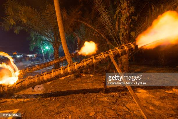 traditional cannon made from coconut tree. the event is normally held during eid-mubarak. - shaifulzamri 個照片及圖片檔
