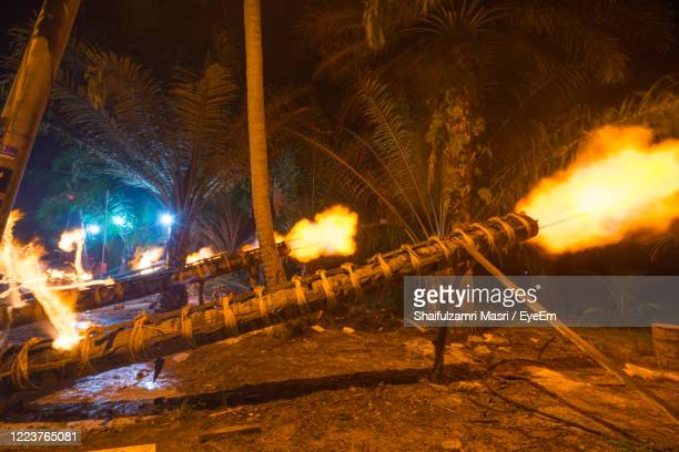 traditional cannon made from coconut tree. the event is normally held during eid-mubarak. - shaifulzamri photos et images de collection