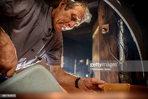 Traditionelle Käseherstellung in Schweizer Alpen