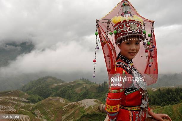 Traditionelle chinesische Mädchen in Dong Kostüm im Freien
