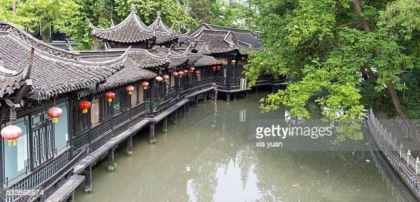 traditional chinese houses along moat of yangzhou city,jiangsu,china - yangzhou foto e immagini stock