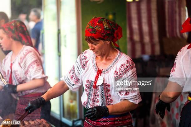 traditionelle kleidung rumänin speisen am marktstand - rumänien stock-fotos und bilder
