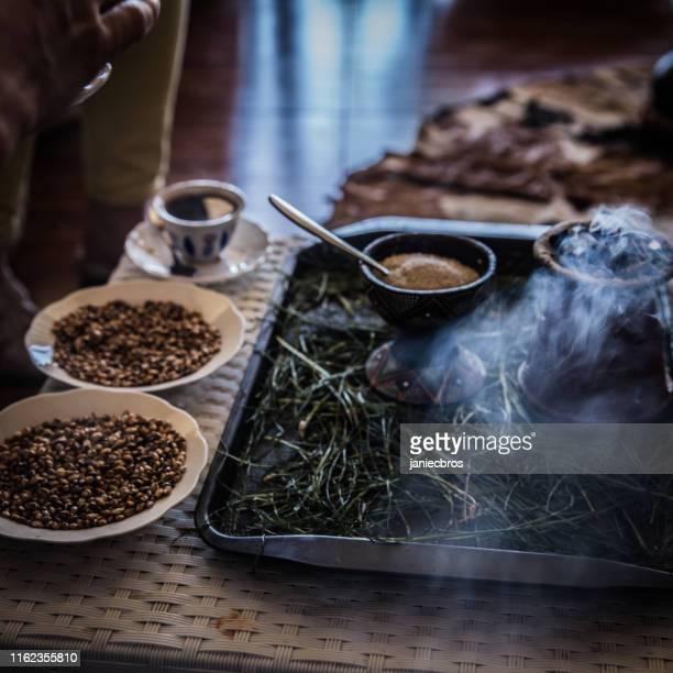traditionelle kaffeezeremonie in äthiopien - feierliche veranstaltung stock-fotos und bilder