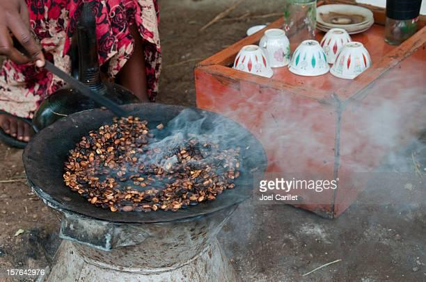 伝統的なコーヒーは、焙煎コーヒーのセレモニーで、エチオピア Arba Minch