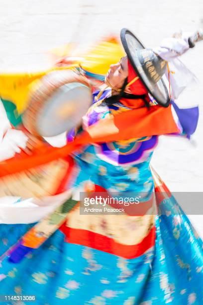 ガサ祭での伝統舞踊演奏 - ブータン ストックフォトと画像