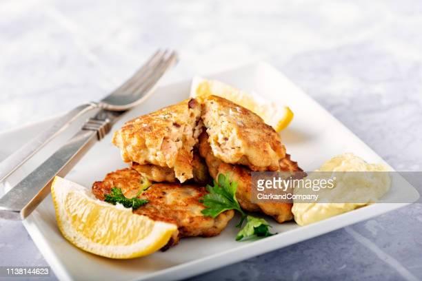 fiskefrikadeller tradizionale danese o torte di pesce. - cultura danese foto e immagini stock