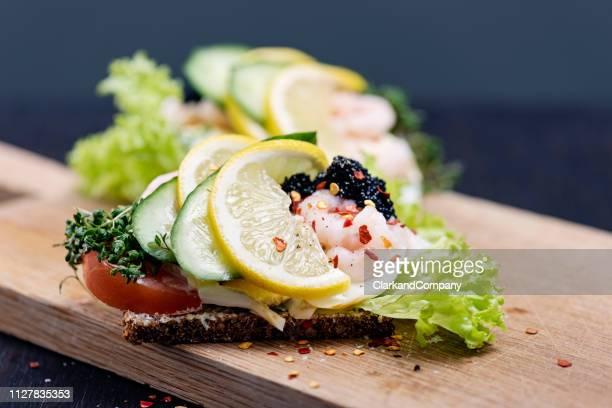 sandwich aperto tradizionale danese o smørrebrød - cultura danese foto e immagini stock