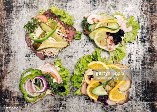 panini aperti tradizionali danesi o vista aerea di smørrebrød - cultura danese foto e immagini stock