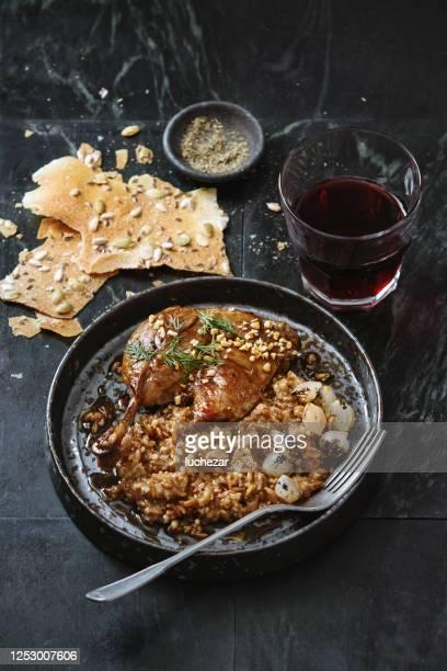 伝統的なデンマークスロークッカーダックレッグコンフィ - 鴨肉 ストックフォトと画像