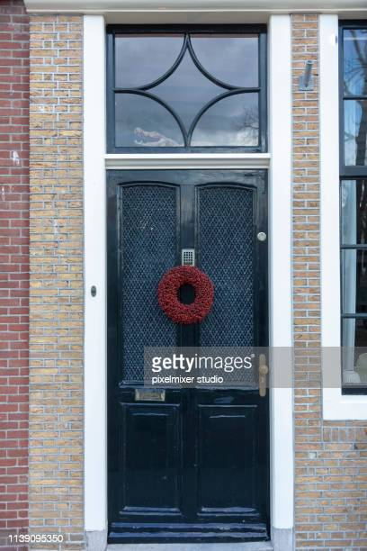 traditional door with red  wreath of flowers on it, at city of brille,netherlands - brille stock pictures, royalty-free photos & images
