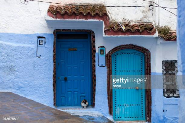 traditional doors in blue city chefchaouen, morocco - chefchaouen photos et images de collection