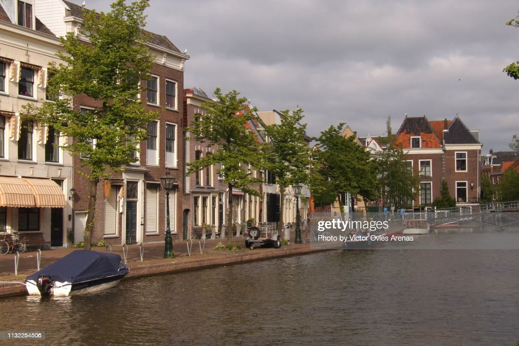 Traditional Dutch architecture along the canals of Leiden in the Nertherlands : Foto de stock