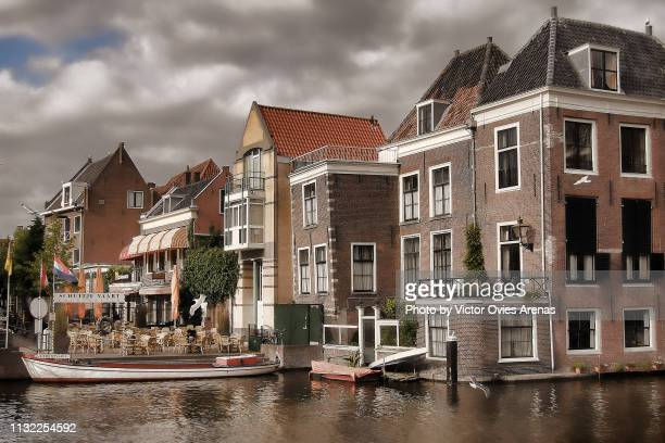 traditional dutch architecture along the canals of leiden in the nertherlands - victor ovies fotografías e imágenes de stock