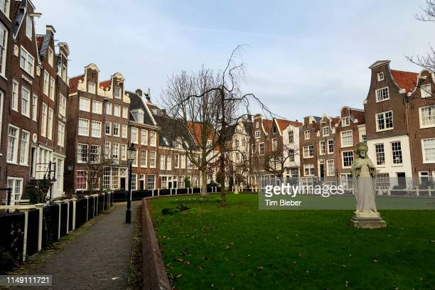 traditional dutch houses line the hidden and secluded begijnhof courtyard and gardens in the heart of amsterdam. - clemence hollande photos et images de collection