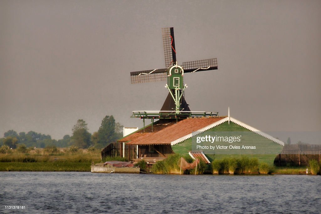 Traditional Dutch landscape. Wooden windmill and house in Zaanse Schans, Netherlands : Foto de stock