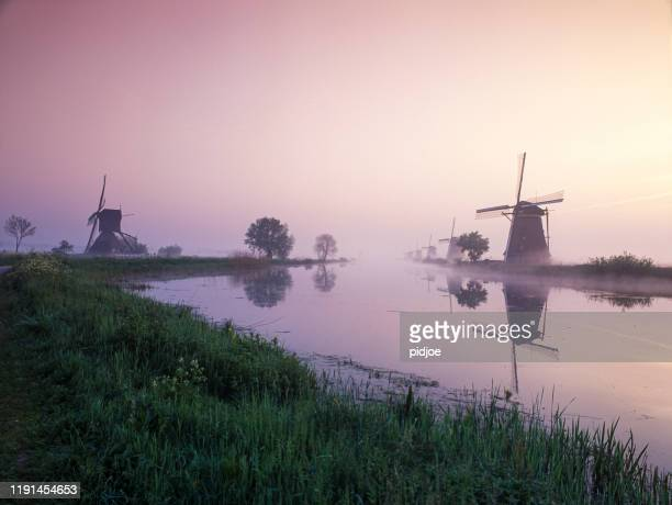 日の出時の伝統的なオランダ風車 - キンデルダイク ストックフォトと画像