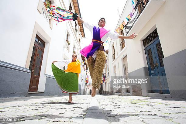 traditional ecuadorian dancers, quito. ecuador - hugh sitton - fotografias e filmes do acervo