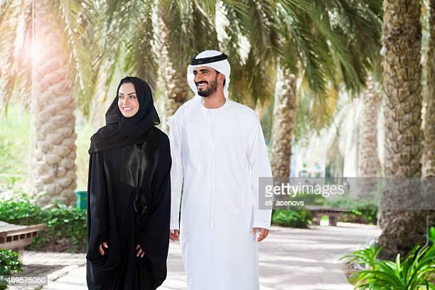 Traditionnelle émirati jeune couple profiter de la vie en plein air