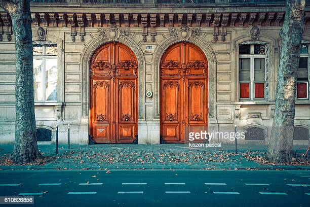 traditional european wood gate in the boulevard of paris - paris france photos et images de collection