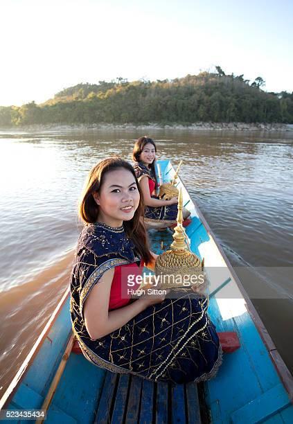 traditional female dancers crossing mekong river, laos - hugh sitton foto e immagini stock