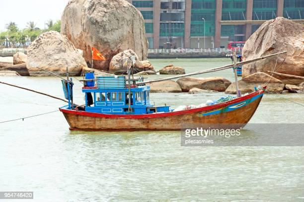 traditionelles fischerboot, cai-fluss, nha trang, vietnam - fischerdorf stock-fotos und bilder