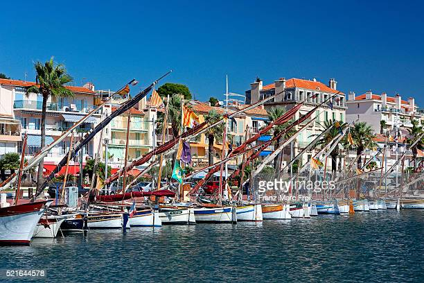 traditional fishing boats in the harbour of bandol-sur-mer, provence - bandol photos et images de collection