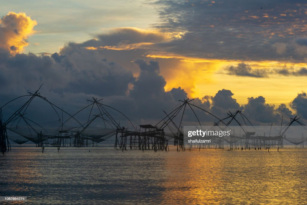 Traditional fishing nets made from bamboo and wood over sunrise at Phatthalung, Thailand. : Stock-Foto