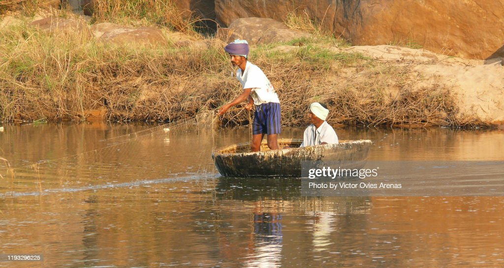 Traditional fishing on coracle boats on Tungabhadra River in Hampi, Karnataka, India : Foto de stock