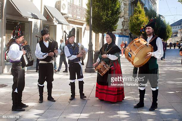 traditional folk musicians playing in the street. - comunidad autónoma de galicia fotografías e imágenes de stock