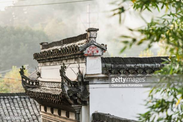 traditional garden roof in huangshan city, china. - herpes zoster fotografías e imágenes de stock