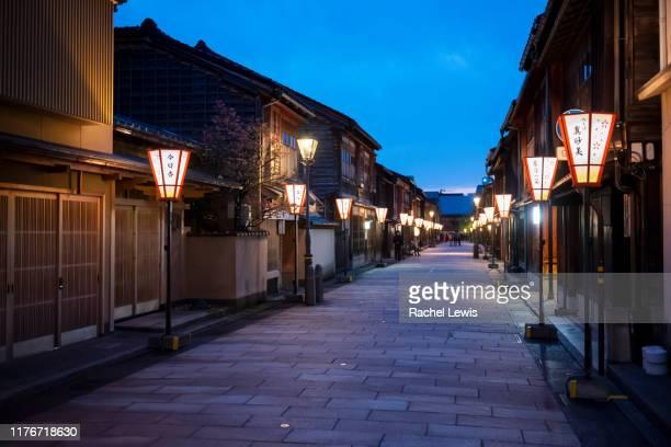 traditional geisha houses in the higashiyama higashi chaya district at dusk - ティールーム ストックフォトと画像