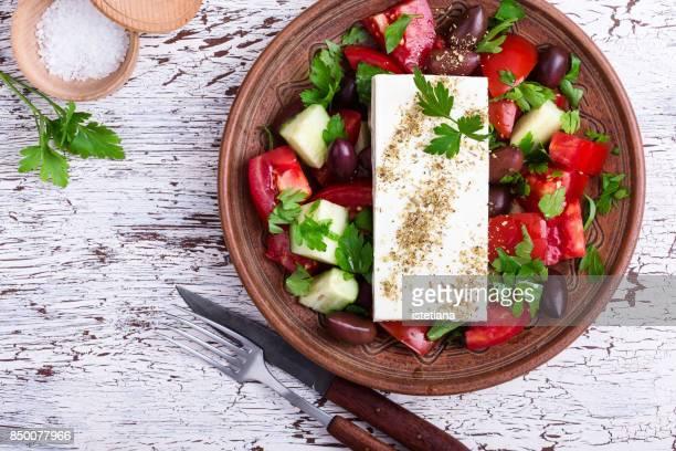 traditional greek salad - griechenland stock-fotos und bilder