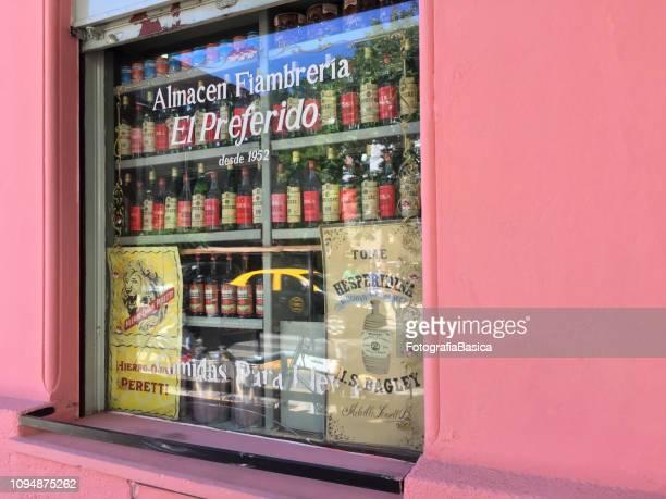 伝統的な食料品店の窓