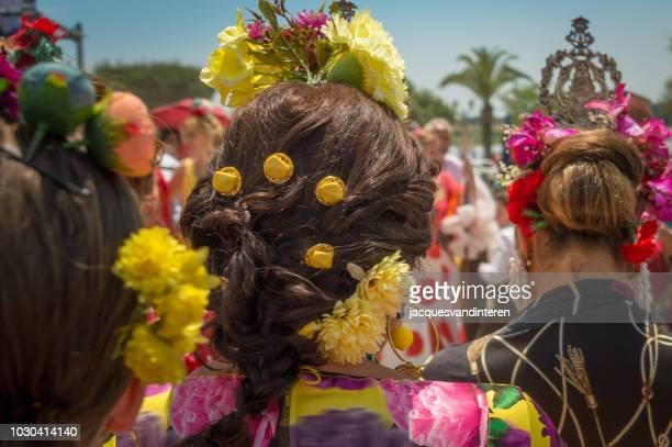 traditionele haarsnit tijdens de romeria del rocio (bedevaart) in el rocio, spanje. - pinksteren stockfoto's en -beelden