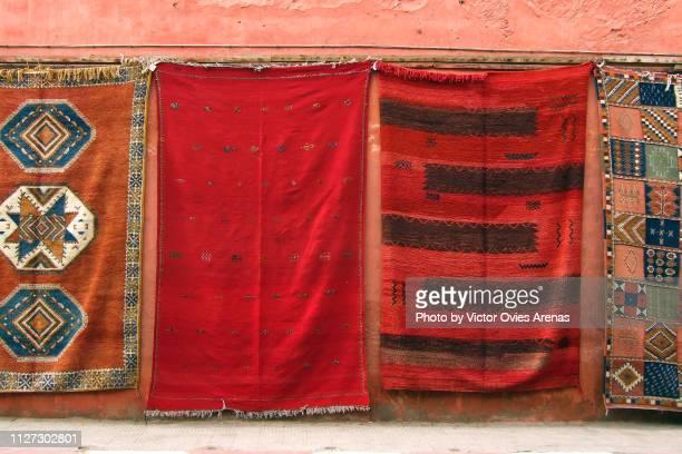traditional hand made carpets for sale in the medina of marrakech, morocco - victor ovies fotografías e imágenes de stock