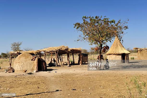 Himba Aldeia tradicional com Lama huts perto Opuwo, Kaokoveld, Namíbia.