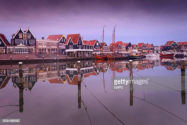 Maisons traditionnelles le long du port de Volendam
