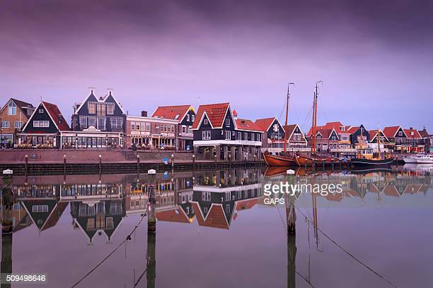 traditional houses along the harbour of volendam - fishing village stock pictures, royalty-free photos & images