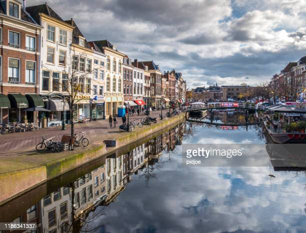 オランダ、ライデンのダウンタウンにある伝統的な家屋と教会 - ライデン ストックフォトと画像