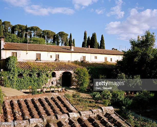 traditional houses and gardens in tuscany - yeowell foto e immagini stock