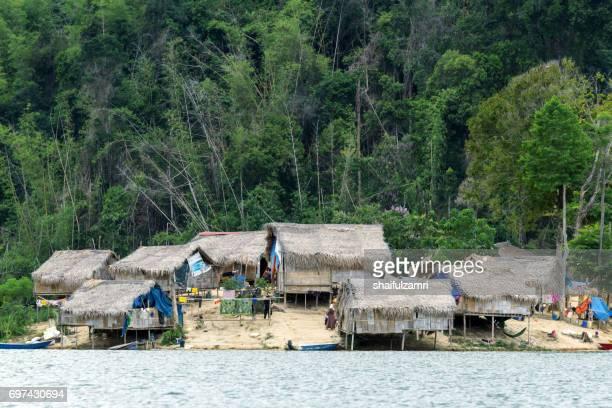 traditional hut of aboriginal people in royal belum national rainforest park. perak, malaysia. - shaifulzamri stockfoto's en -beelden