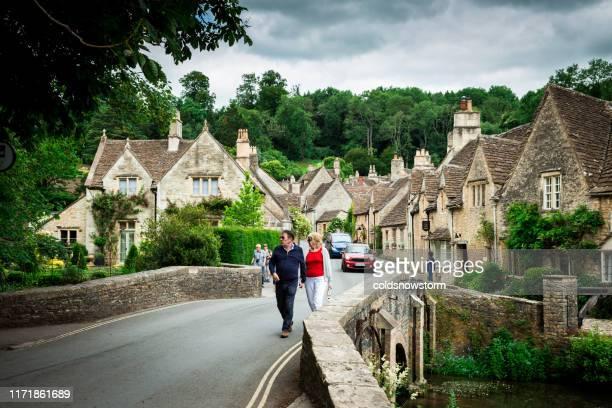 英国キャッスル・コンベの居心地の良いコテージと狭い道を持つ伝統的な牧歌的な英国の田舎の村 - ウィルトシャー州 ストックフォトと画像