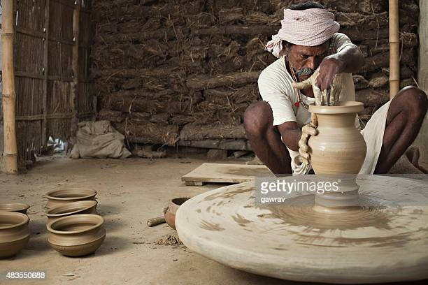 Indien traditionnel potter faire un pot en argile sur Manuel Tour de potier.