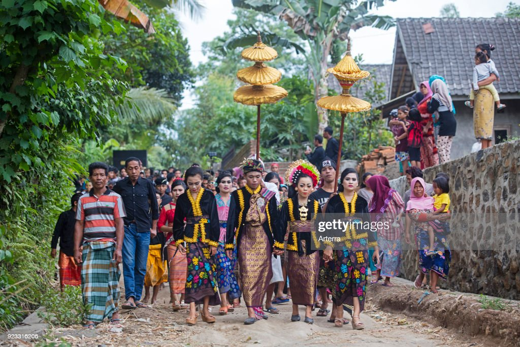 Traditional indonesian wedding procession in the village tetebatu on traditional indonesian wedding procession in the village tetebatu on the island lombok indonesia junglespirit Choice Image
