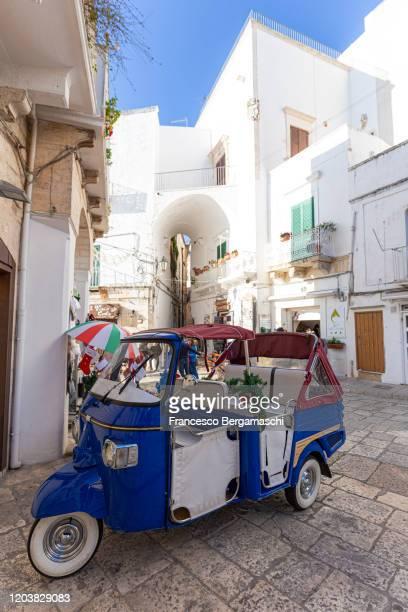 traditional italian taxi parking in the old town - italia stockfoto's en -beelden