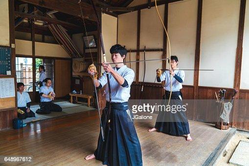 Les archers japonais traditionnels prêt leurs arcs