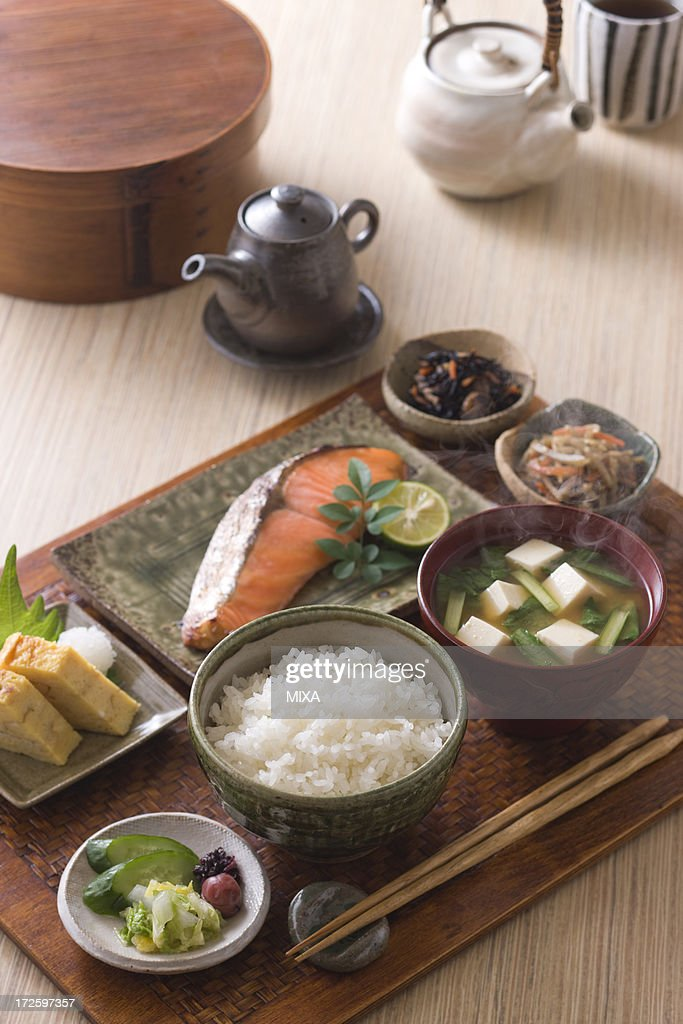 what does a traditional japanese breakfast consist of