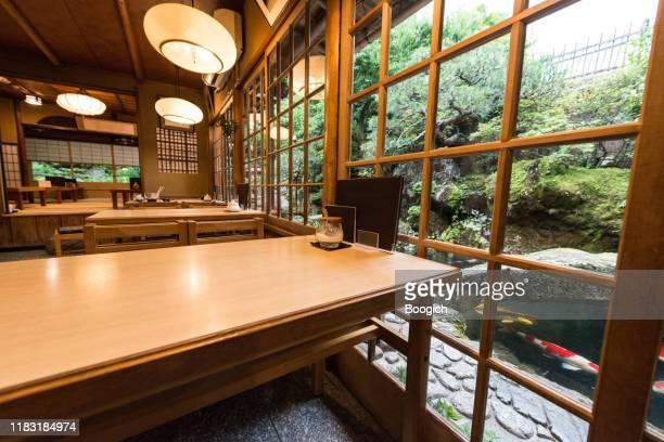 京都日本のダイニングテーブルとガーデンビューを備えた伝統的な和食レストランインテリア - 飲食店 ストックフォトと画像